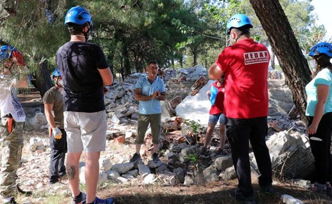 EDİRNE'nin Keşan ilçesinde faaliyet gösteren Doğal Afet Arama Kurtarma Derneği'nce (KEDAK) enkazda arama- kurtarma eğitimi gerçekleştirildi.