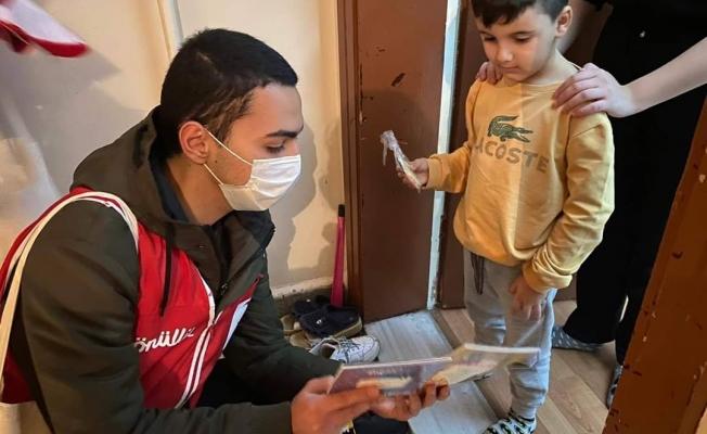 """Türk KızılayEyüpsultan Şube Başkanlığı """"Dünya Çocuk Kitapları Haftası"""" vesilesiyle Rami Cuma Mahallesinde gönüllüleriyle kitap dağıtımında bulundu."""