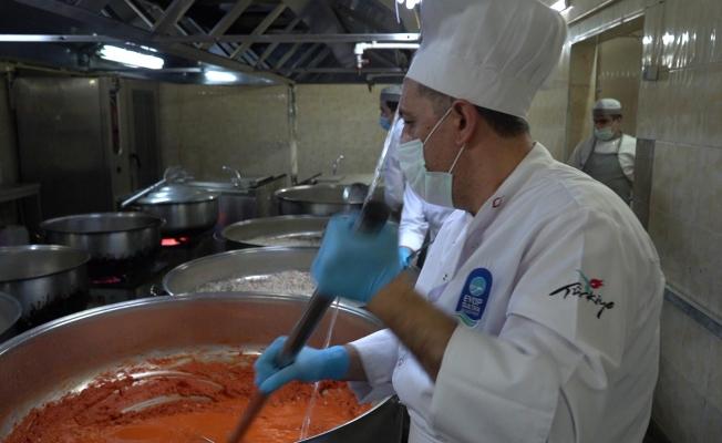 Eyüpsultan Belediyesi'nden ihtiyaç sahiplerine her gün 3 çeşit sıcak yemek