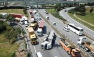 Basın Ekspres Yolu'nda kamyon devrildi! 2 şerit trafiğe kapandı!