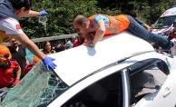 Otomobilde sıkışan yaralıları kurtarmak için seferber oldular!