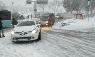 İstanbul'da kar bir anda bastırdı, araçlar yolda kaldı!